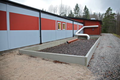 Bakom reningsverket finns en anläggning där den utgående luften från reningsverket passerar genom ett lager av bark, vilket reducerar lukten i omgivningen.