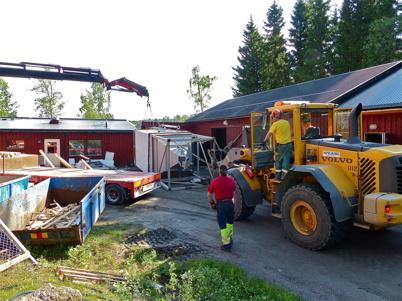 31 maj 2013 - Här lyfter man bort den gamla silon som innehöll reningspreparat.