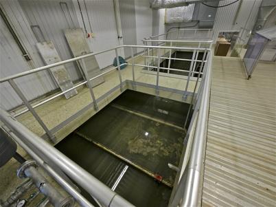 Reningsbassäng i äldre delen av reningsverket.