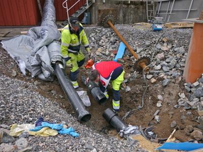 Inloppet till äldre delen av reningsverket kapas och pluggas. Sedan pumpas avloppsvattnet in via den nya delen av reningsverket.