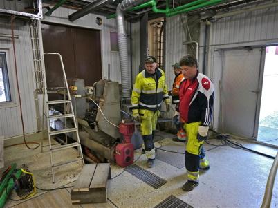 Bassängerna i den äldre delen av reningsverket töms.