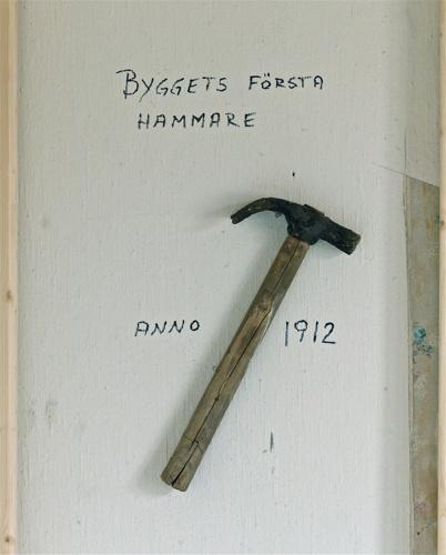 Fynd från slussvaktarstugans trossbotten. Hammaren byggdes in i den nya innerväggen.
