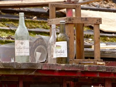 """Fynd från slussvaktarstugans vind. 1800-talet ? Absolut rent Brännvin Svenskt okryddat potatisbrännvin som började marknadsföras i slutet av 1800-talet av """"brännvinskungen"""" Lars Olsson Smith. Brännvinet var kolrenat och var så gott som finkelfritt. Smith annonserade det som """"tiodubbelt renadt brännvin""""."""