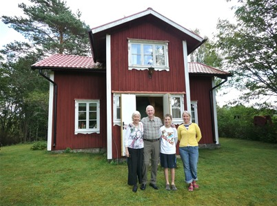 18 augusti 2011 - Laurie, Dick, Jamie och Lisa framför fädernegården Rabben i Skarbol.