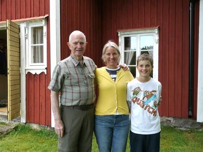 Dick, Lisa och Jamie - tre generationer framför fädernegåden Rabben i Skarbol.