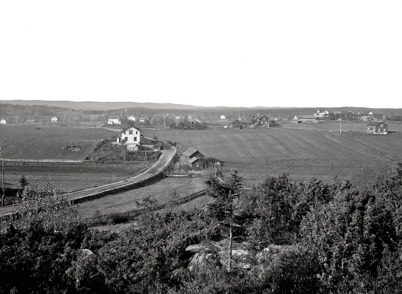 1. Landsvägen genom byn Töcksfors i början av 1900-talet. Foto : Axel Gunnar Ödvall / Årjängs kommuns bildbank