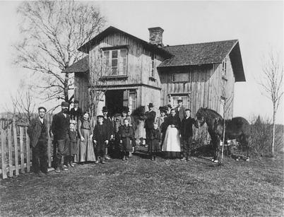 3. Familjefoto före avfärd från Rabben i Skarbol till Amerika 1910 - för att söka bättre levnadsvillkor. Foto : okänd
