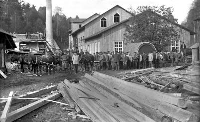 8. Pappersfabriken vid Hånsfors Bruk i Hån i början av 1900-talet. På bilden anländer den nya papperscylindern. Foto : okänd