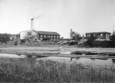 10. Sanamons sågverk vid kanalen norr om Töcksfors i början av 1900-talet. Foto : okänd