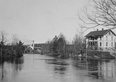 """11. Läkarebostaden """"Tomtebo"""" och i bakgrunden Sanamons sågverk i början av 1900-talet. Foto : Axel Gunnar Ödvall / Årjängs kommuns bildbank"""