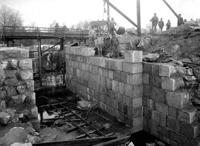 17. Byggnation av övre slussen i Töcksfors 1911 - 1915. Foto : Axel Gunnar Ödvall / Årjängs kommuns bildbank