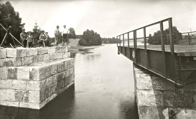 19. Ombyggnad av landsvägsbron vid kyrkan med ny stensättning och svängbar bro 1911 - 1915. Foto : Axel Gunnar Ödvall / Årjängs kommuns bildbank