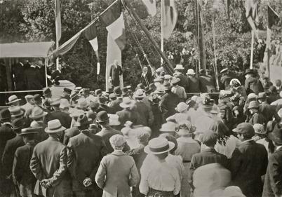 21. Många ortsbor samlades vid övre slussen i Töcksfors när Kanalen Stora Lee - Östen invigdes 10 september 1915. Foto : Axel Gunnar Ödvall / Årjängs kommuns bildbank