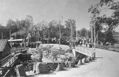 22. Många ortsbor samlades vid övre slussen i Töcksfors när Kanalen Stora Lee - Östen invigdes 10 september 1915. Foto : Axel Gunnar Ödvall / Årjängs kommuns bildbank