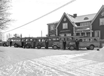 29. Leopold Anderssons bussar med chaufförer framför gamla centrumhuset 1936. Foto : Axel Gunnar Ödvall / Årjängs kommuns bildbank