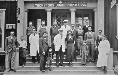 30. Gruppbild på trappan till gamla centrumhuset. Foto : Axel Gunnar Ödvall / Årjängs kommuns bildbank