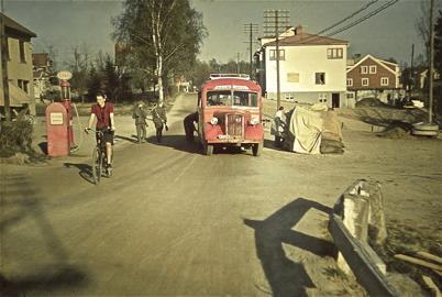32. Sveavägen utanför Handelsbolaget i början av 1940-talet. Foto : Hugo Hassel