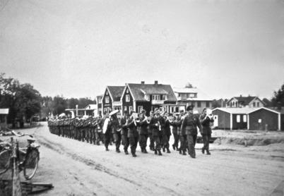 37. Militärparad genom centrala Töcksfors i början av 1940-talet. Foto : Hilding Halvardsson