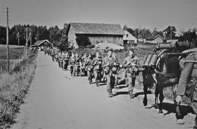 39. Militärer på landsvägen till Sandviken i början av 1940-talet. Foto : okänd
