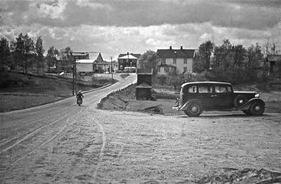 40. Landsvägen genom Töcksfors centrum på 1940-talet. Foto : Hugo Hassel