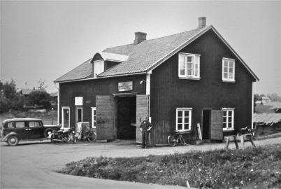 41. obergs bilverkstad vid landsvägen genom Töcksfors. Foto : Hugo Hassel