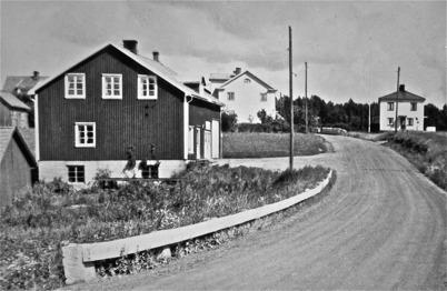 42. Mobergs bilverkstad vid landsvägen genom Töcksfors på 1940-talet. Foto : Hugo Hassel