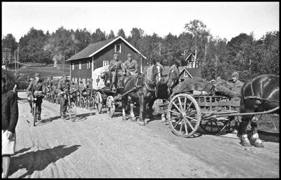Militärer på vägen till Sandviken. I Bakgrunden magasinsbyggnaden som tillhörde Brukshandeln - beredskapstiden 1941 - 1945. Foto : Uno Brander
