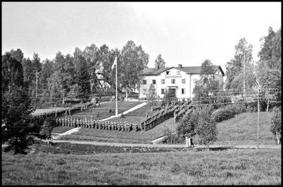 Militäruppställning framför Turisthotellet i början av 1940-talet. Foto : Uno Brander