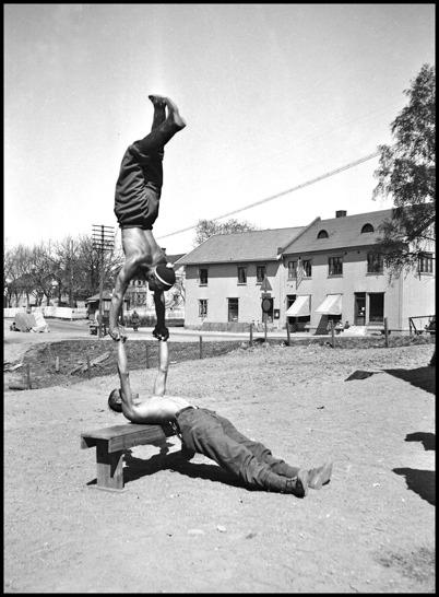 Det fanns akrobater bland beredskapsmännen i Töcksfors under andra världskriget. Foto : Uno Brander