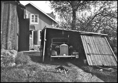 Töcksfors polisbil under andra världskriget, parkerad vid polisstationen på Hytta. Foto : Uno Brander