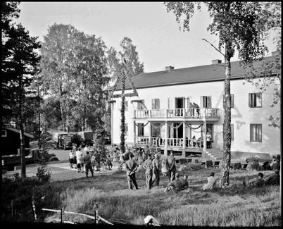 Midsommarfirande vid Hotellet under beredskapstiden i början av 1940-talet. Foto : Uno Brander