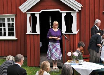 Församlingspedagogen Elisabeth Tunström Heed inleder gudstjänsten.