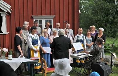 Kyrkokören sjunger med Verna Heed, tidigare Kantor i Töcksmarks församling, vid pianot.