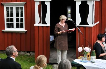 Kyrkvärden Birgitta Ringsby läser text.