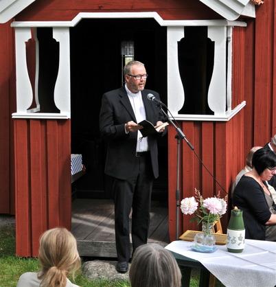 Pastor Mogens Nielsen läser text.