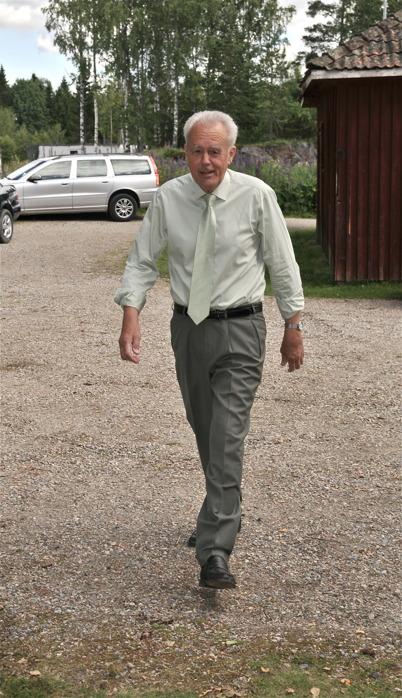 """Sekreteraren och Fornminnesföreningens """" Allt i allo """" Per Nilsson på  väg till festen."""