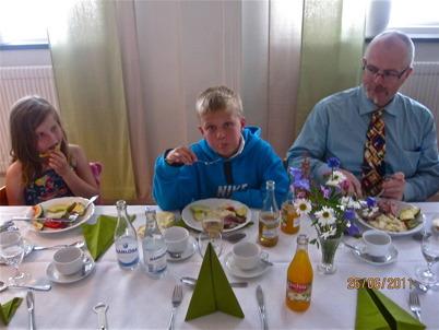 Greta och Nils ( femte generationen Östlind ) med sin far Sven Östlind vid festmåltiden i Missionskyrkan. Foto : Runar Patriksson