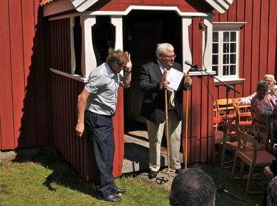 """Thore Berglund från Töcksfors IF överlämnar stavar från """"Soltorp"""", som stöd till föreningens framtida gärning."""