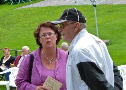 """Sigurd """" i Skrädene """" Nilsson och kommunalrådet Katarina Johannesson samtalar."""
