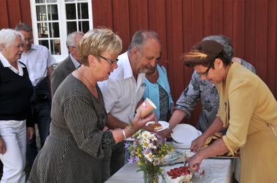 """Anita och Ingvar Axelsson serveras av """"vackra värdinnan"""" Pia Sandelin."""