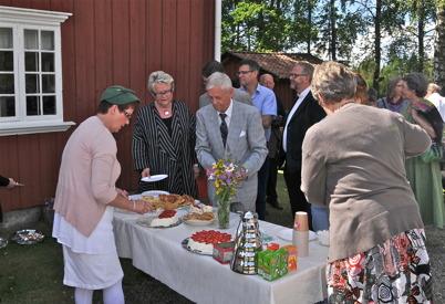 Landshövding Eva Eriksson och kommunfullmäktiges ordf. Uno Halfvardsson serveras.