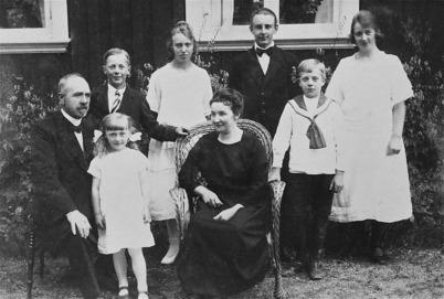 Karl A. Östlind, en av Fornminnesföreningen Nordmarksstugans grundare, med familj.