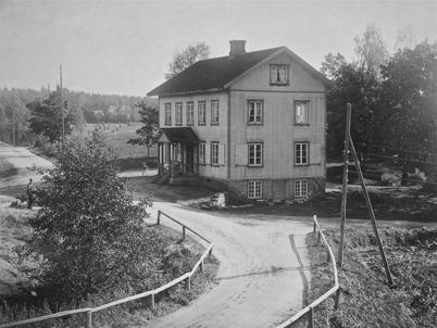 Brukshandeln intill landsvägen vid gamla bruksområdet i Töcksfors 1923.