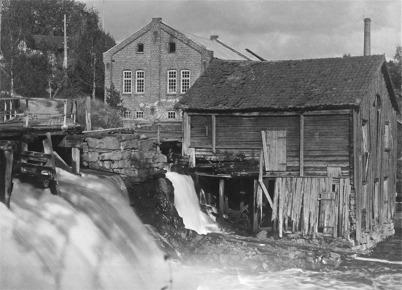Kvarnen vid nedre forsen i Töcksfors. Kvarnen revs 1925.