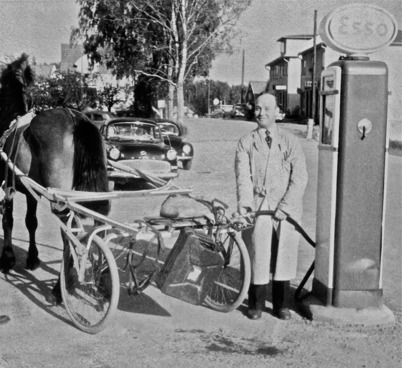 49. Kalle på Bolaget säljer bensin vid Handelsbolaget på 1950-talet. Foto : Bildkopia från Sverre Sanamon