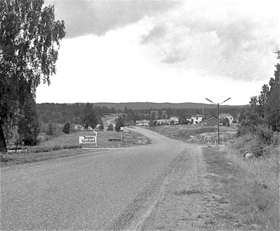 55. Nya landsvägen genom Töcksfors på 1950-talet ( Riksväg 9 senare E18 ) Foto : Fritz Arenö / Årjängs kommuns bildbank