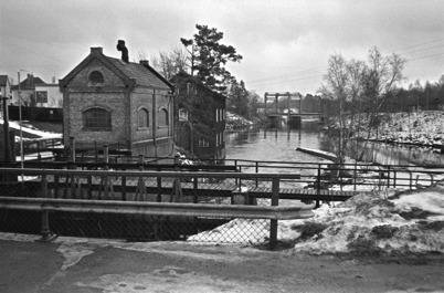 56. Bild från övre forsen med nya lyftbara landsvägsbron i bakgrunden i slutet av 1950-talet. Foto : Hugo Hassel