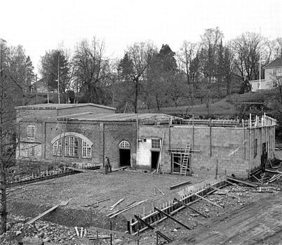 62. Gamla fabrikslokalen vid Bruket genomgår om- och tillbyggnad för kommande industriverksamhet på 1960 -talet. Foto : Fritz Arenö / Årjängskommuns bildbank