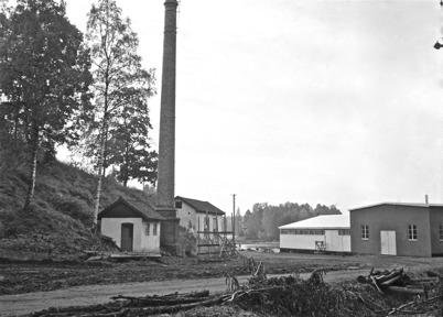 67. Sista bilden av industriskorstenen vid Bruket innan den revs. Foto : Folke Sahlin