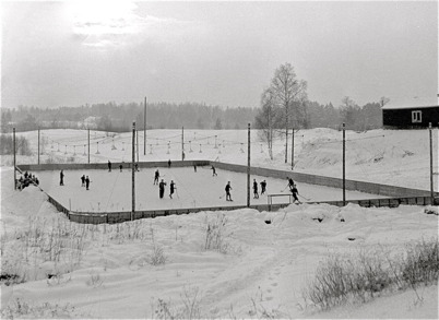 61. Isbanan Myrevi nedanför Turisthotellet på 1950-talet. Foto : Fritz Arenö / Årjängs kommuns bildbank